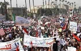 ألوف الاسلاميين يتظاهرون ضد العنف واحتجاج أمام القصر الرئاسي في مصر